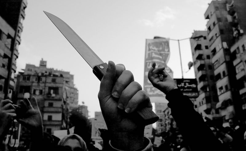 March_on_tahrir_woman_holds_knife-