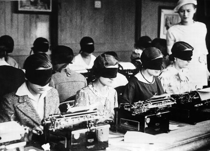 Vintage-women-typists-