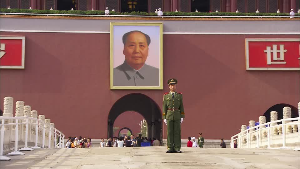997306859-mao-zedong-portrait-tiananmen-gate-tiananmen-square-chinese-soldier-