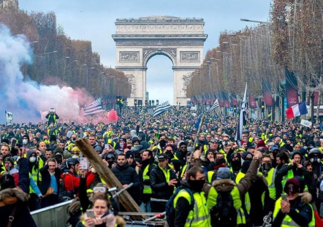 Arc-triomphe-protesters-