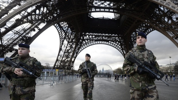 French-soldiers-guard-the-eiffel-tower-in-paris-